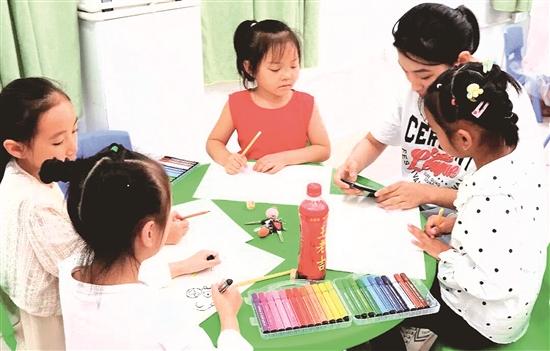 志愿者给孩子们上绘画课.jpg
